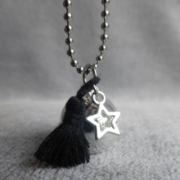 Bola de grossesse lisse argenté, avec pompon noir en soie et étoile, en sautoir