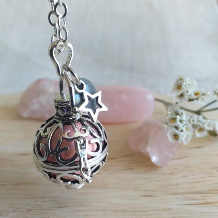 Bola arabesque et navette, bille rose pâle, rond gris et étoile
