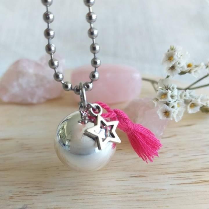 Bola de grossesse lisse argenté, avec pompon rose fuschia en soie et étoile, en sautoir