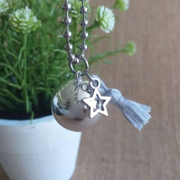 Bola de grossesse lisse argenté, avec pompon gris en soie et étoile, en sautoir