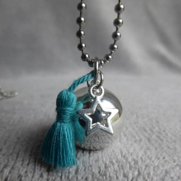 Bola de grossesse lisse argenté, avec pompon bleu turquoise en soie et étoile, en sautoir
