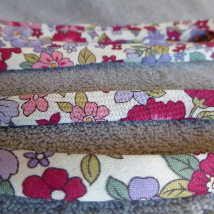 Ruban Liberty, en coton, modèle « Grenat grosses fleurs »