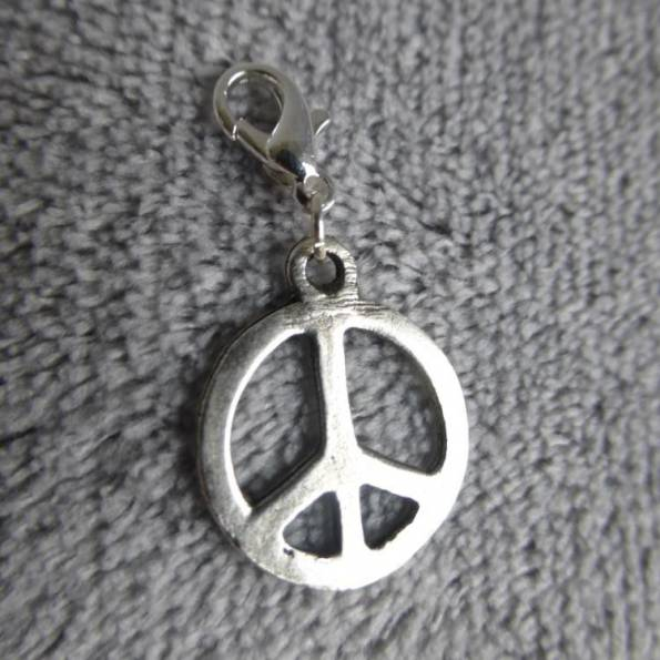 Mousqueton charms peace and love